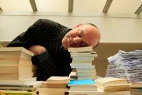 Jacques Bonnaffé se repose sur une pile de livres