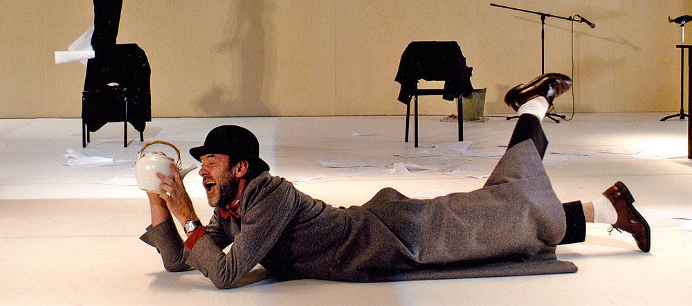 Jacques Bonnaffé, allongé sur le plateau inspecte une théière