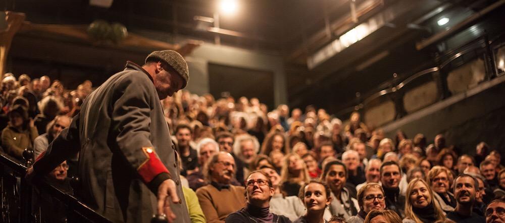 Jacques Bonnaffé sur scène devant le public dans Les vieilles carettes