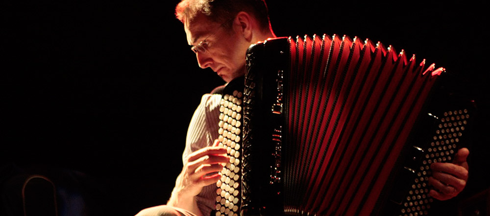 Accordéoniste caché par son bel instrument