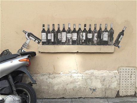 Moto et bouteilles peintes sur un mur