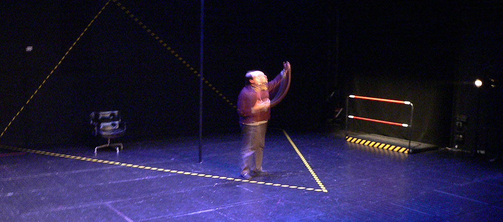 Jacques Bonnaffé en scène une main levée