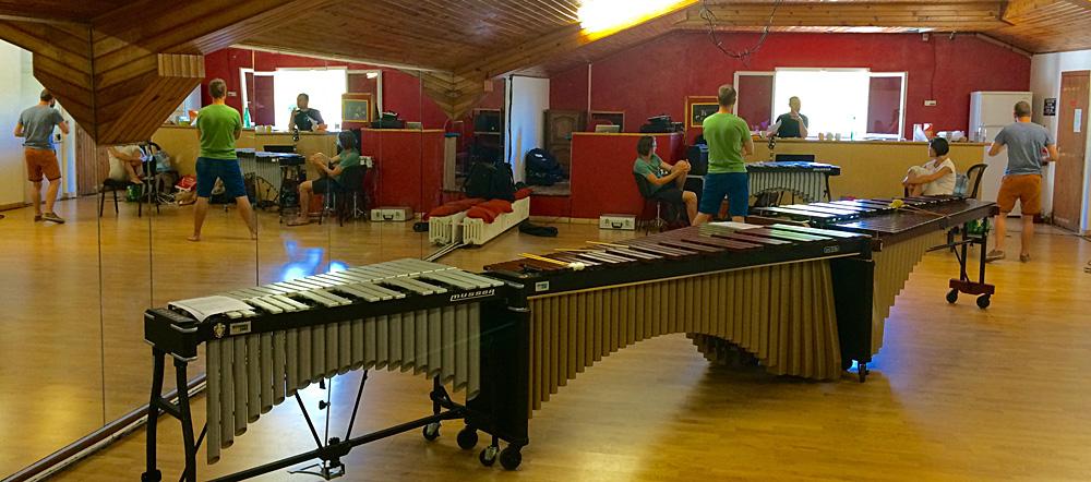 Les artistes devant le marimba et le vibraphone